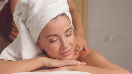 Massage für Frozen Shoulder. Lindert Verspannungen und entspannt Ihren Körper
