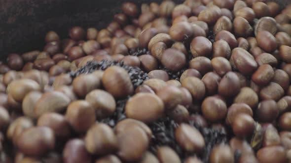 Thumbnail for Gebratene Kastanien auf dem Markt. Phnom Penh, Kambodscha, Asien
