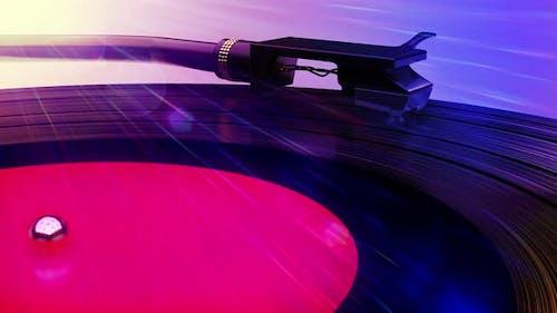 Vinyl-Schallplatte und DJ-Musikalbum, das sich auf dem Retro-Plattenspieler-Spieler dreht