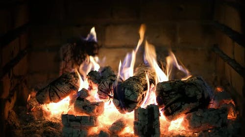 Cozy relaxing fireplace with crackling sounds. UHD TV screensaver. Video for meditation.