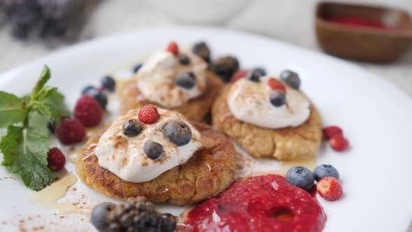 Thumbnail for Veganes Frühstück - Tofurniki - Russische Käsekuchen mit Sauerrahm und Beeren.
