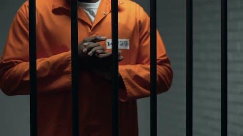 Besorgter afroamerikanischer Gefangener Reibt Hände, Wartestrafe, Strafe