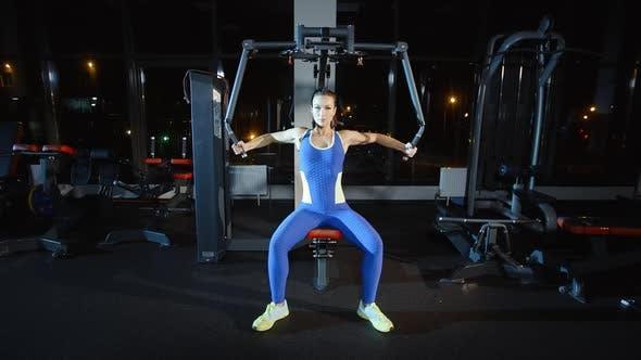 Attraktive Frau Training auf Gewichte Maschine in Gym Frauen