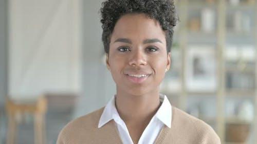 Portrait de souriant joyeux fille africaine