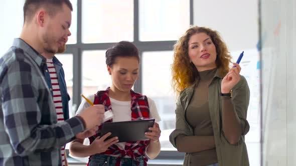 Thumbnail for Kreatives Team mit Tablet Pc und Charts im Büro
