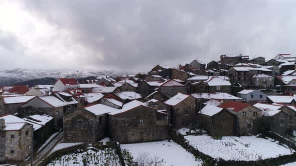 Thumbnail for Fliegen über Dorfhäuser im Winter Schnee