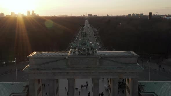 Thumbnail for Langsam nähert sich Brandenburger Tor und Tiergarten in wunderschönem Sonnenlicht bei Sonnenuntergang mit Nah