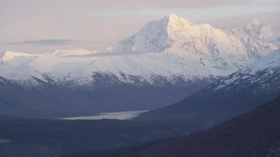 Nahaufnahme auf blauen und weißen Troopers Hubschrauber über Alaskan Highway, Drohne nen-Luftaufnahmen