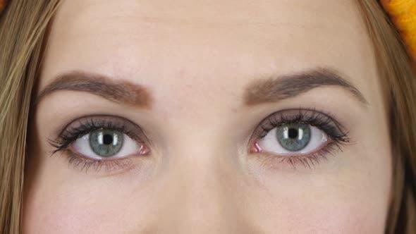 Thumbnail for Weibliche Augen schauen gerade