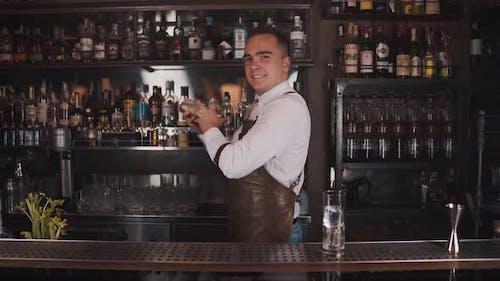 Der Barkeeper macht einen Cocktail
