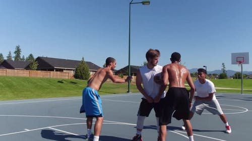 Freunde spielen Basketball im Park