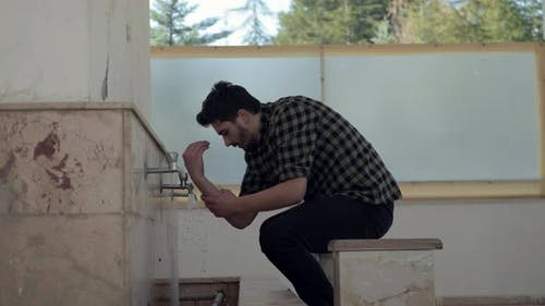 Junger Muslim nimmt die Waschung zum Gebet der Moschee