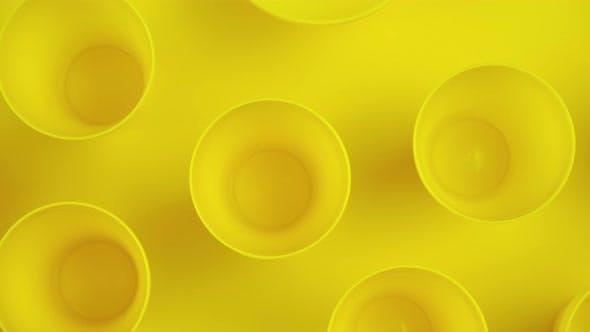 Coupe jaune sur fond jaune. Mug jaune