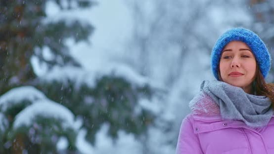 Porträt Von Schöne Frau geht im Winter Schnee fällt