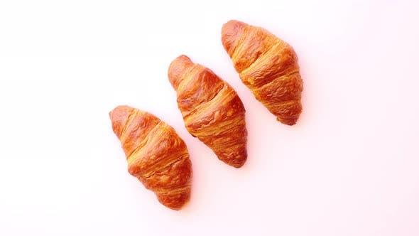 Thumbnail for Reihe von drei frischen und köstlichen Croissants
