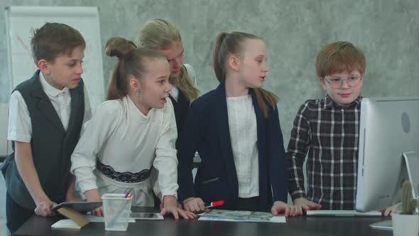 Thumbnail for Kid Business Team arbeitet im Büro zusammen mit Computer