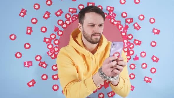 Männlicher Blogger nutzt ein Smartphone, um im Internet zu bloggen