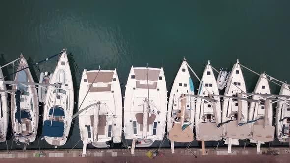 Thumbnail for Luftaufnahme auf Festgemachte weiße Segelboote auf Lipari Inseln. Sizilien, Italien. Pier des touristischen Hafens