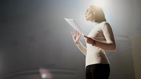 Thumbnail for The Female Financial Coach Emotional Gesturing Talks From the Stage mit Zuschauern im Forum. Auch