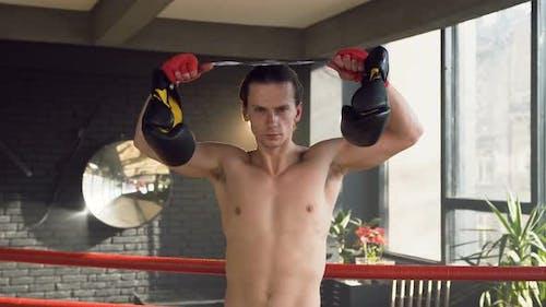 Porträtaufnahme eines selbstbewussten jungen Mannes im Boxclub