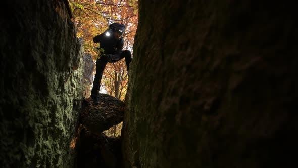 Thumbnail for Retter mit Taschenlampe Blick auf verlorene Menschen