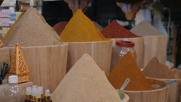 Thumbnail for Auswahl an verschiedenen arabischen Gewürzen auf einem traditionellen marokkanischen Markt Souk in Marrakesch, Marokko