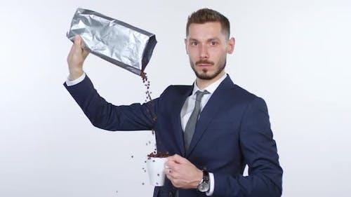Emotionless Geschäftsmann Gießen Kaffeebohnen in Tasse