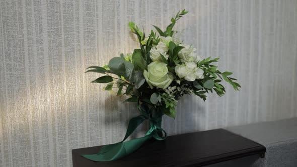 Thumbnail for Blumenstrauß mit weißen Rosen. Hochzeit Blumenstrauß der Braut auf Sofa. Morgenvorbereitungen von Jungvermählten