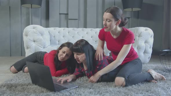 Thumbnail for Positive Frauen beobachten Video in der Kindheit aufgenommen