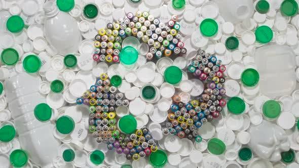 Weißer und grüner Kunststoff zum Recycling