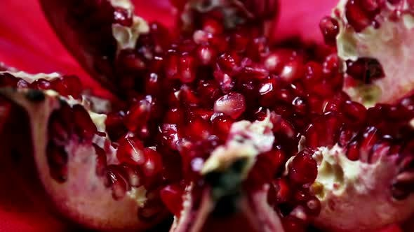 Thumbnail for Reife Granatapfelfrucht mit hellen kastanienbraunen Körnern