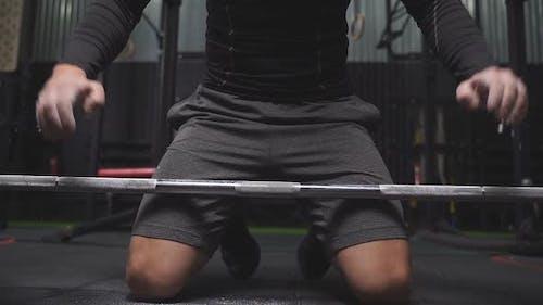 Sportler hebt Langhantel im Crossfit-Gym vor, um zu heben