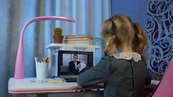 Kind Mädchen blickt auf Webkamera Machen Video anrufe lernen Geometrische Formen mit Lehrer zu Hause