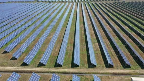 Thumbnail for Fliegen Sie über viele Solarzellen
