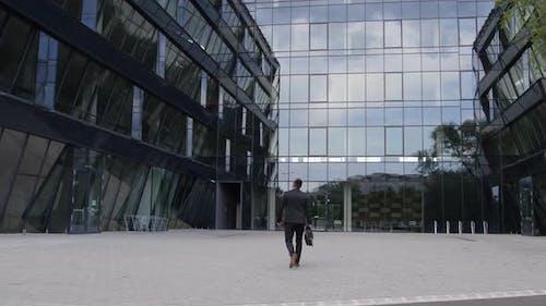 Geschäftsmann kommt ins Büro