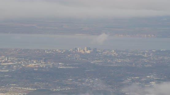 Luftaufnahme Hubschrauberaufnahme von Alaskan Hang Dämmerung, Autobahn, Autoscheinwerfer, Drohne aufnahmen