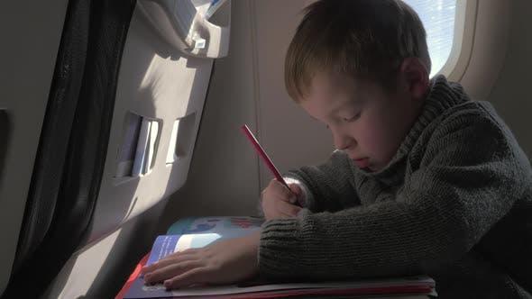 Thumbnail for Vista de cerca de niño pequeño aprendiendo a escribir con lápiz