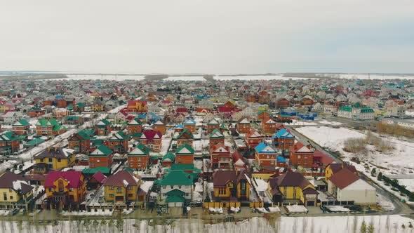 Thumbnail for Cottage Komplex mit bunten Häusern gegen verschneites Feld
