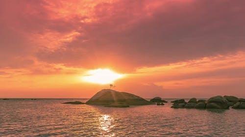 Sea Stones bei farbenfrohem Sonnenuntergang und wunderschöner Wolkenlandschaft