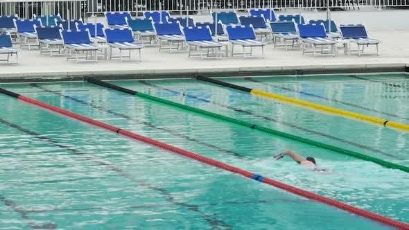 Thumbnail for Selbstbewusste Person Schwimmen im Pool, Training vor dem professionellen Wettbewerb
