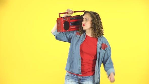 Thumbnail for Mädchen betritt, setzt eine rote boombox auf Ihre Schulter und fängt an zu tanzen, 80s party