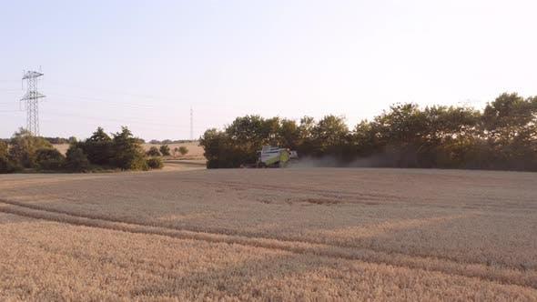 Thumbnail for Drohne der Mähdrescher Erntezeit bei Sonnenuntergang