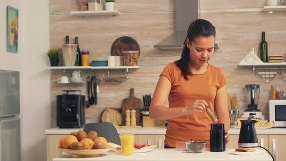 Putting Kaffeebohnen in Mühle