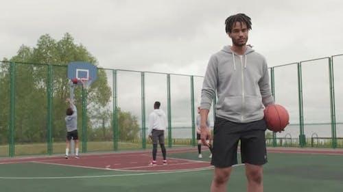 Slowmo of Man posiert auf Basketballplatz