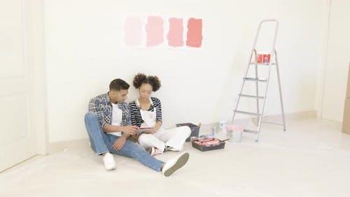 Junges Paar verwenden Tablette, um Farben zu diskutieren