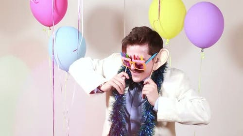 Schnurrbartmann tanzt lustig in Fotokabine