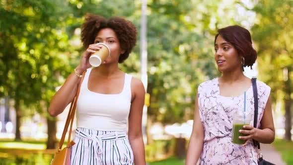 Thumbnail for Glückliche Frauen oder Freunde zu Fuß entlang Sommer Park 54