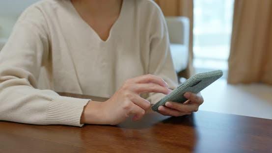 Thumbnail for Frau Nutzung von Mobiltelefon zu Hause