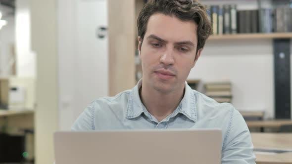 Thumbnail for Nachdenklicher kreativer Mann, der am Laptop denkt und arbeitet
