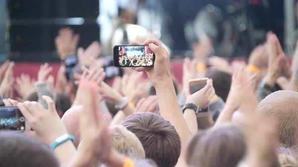 Cover Image for Funny People Shoot A Concert On The Phone